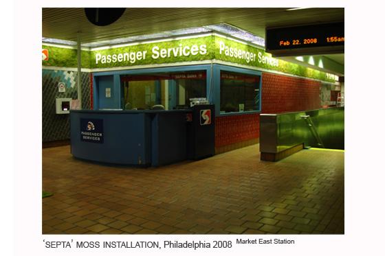 Instalación de musgo en la estación Market East, Philadelphia, 2008